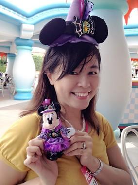 「ディズニー・ハロウィーン」のスペシャルグッズ、カチューシャとミニーマウスのぬいぐるみバッジ。仮装用アイテムは数々用意されている