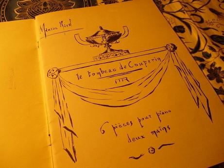 初版の楽譜扉はラヴェル自身の自筆で記されている。『モーリス・ラヴェル クープランの墓 両手による6つのピアノのための作品』