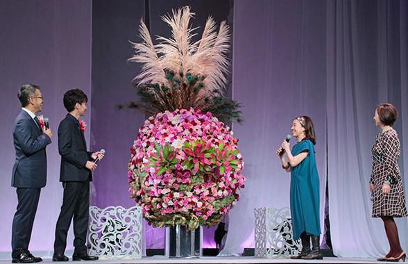 除幕された「花のオブジェ」