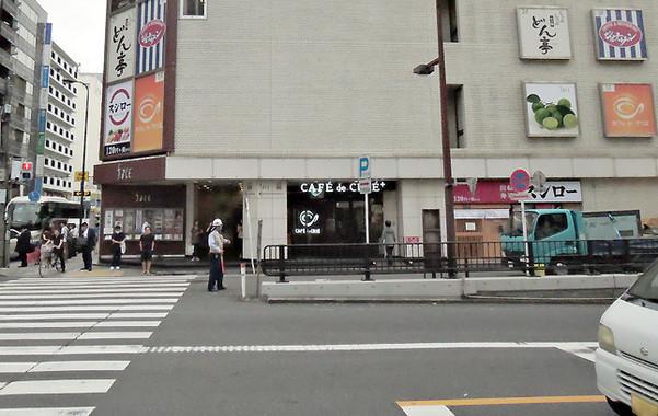 ビル前面に「スシロー」のロゴマークが見える。来店時の目印にしよう