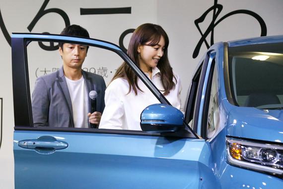 CM撮影時に新型「フリード」に乗った2人は、ステージ上の展示車に再度試乗