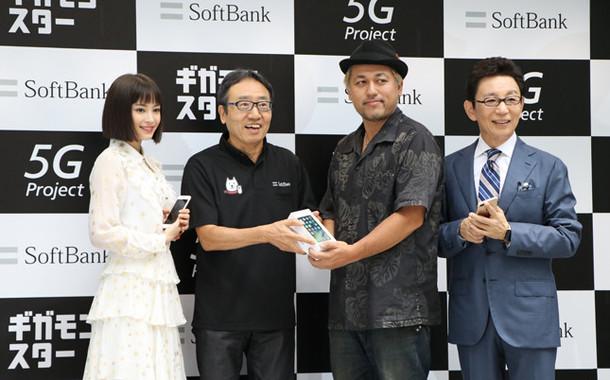 (写真左から)広瀬すずさん、ソフトバンク社長兼CEOの宮内謙さん、一番乗りを果たしたアトモさん、古館伊知郎さん