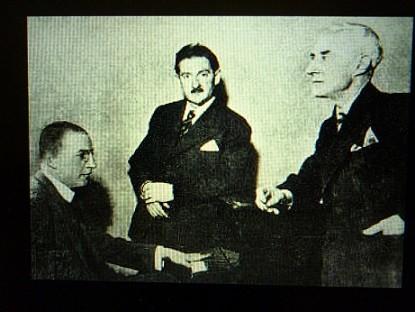 パリのオーケストラマネージャーを挟んで、左がヴィトゲンシュタイン、右がラヴェル