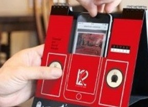 スピーカー機能付き卓上カレンダー、iPhoneを差し込んで音楽を再生