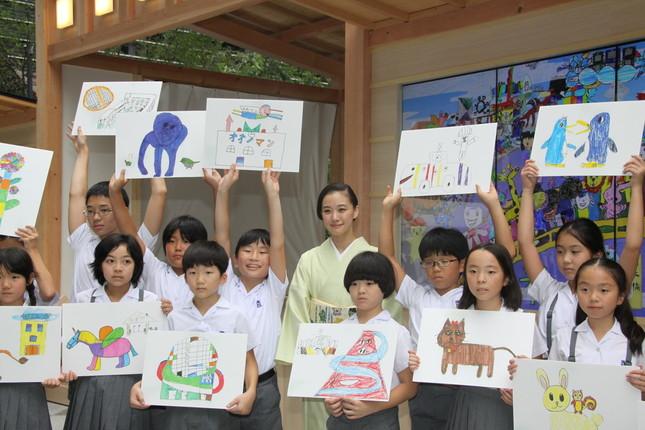絵を描いた子どもたちと記念撮影した(2016年9月28日撮影)