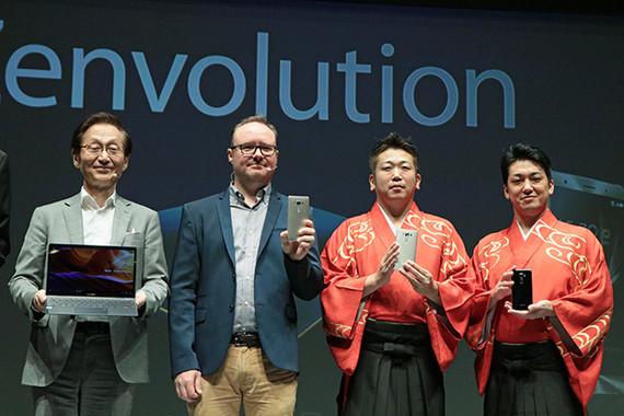 (写真左から)ASUSのジョニー・シー会長、同Head of Mobile Marketingのエリック・ハーマンソンさん、吉田良一郎さん、吉田健一さん