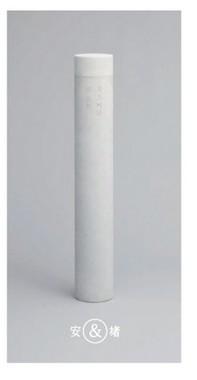 白い大理石による円柱墓で二人の「門出」をイメージ