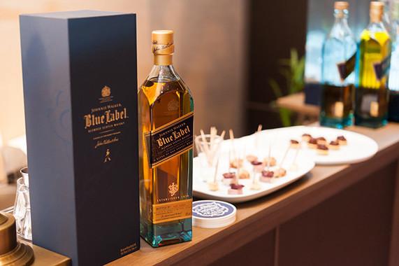 ラグジュアリースコッチウイスキーの象徴ともいえる、ブルーラベル