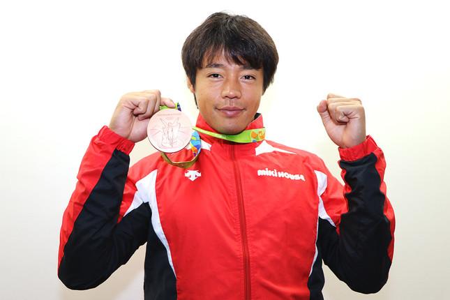 獲得したメダルを披露する羽根田選手。東京五輪ではさらに上のクラスのメダルを狙う