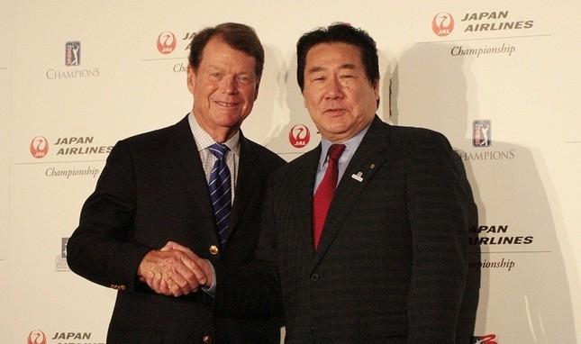 「JAL選手権」の発表会見に出席し、握手するトム・ワトソン氏(左)と日航の植木社長