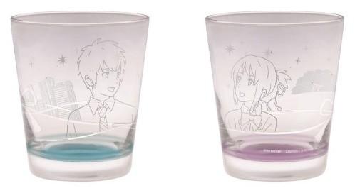 2つのグラスを隣同士に並べると、2人が見つめ合い微笑んでいるデザイン