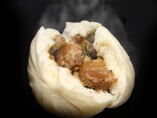蓬莱本館の11月限定メニュー「角煮豚まん」