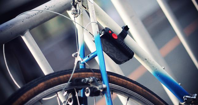 自転車に固定したまま施錠可能なブラケットを標準装備!