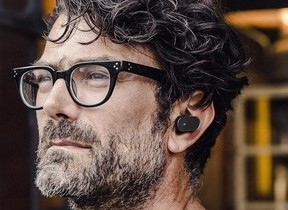 耳に装着「Xperia Ear」、Androidスマホとハンズフリーで通話&メッセージ送受信