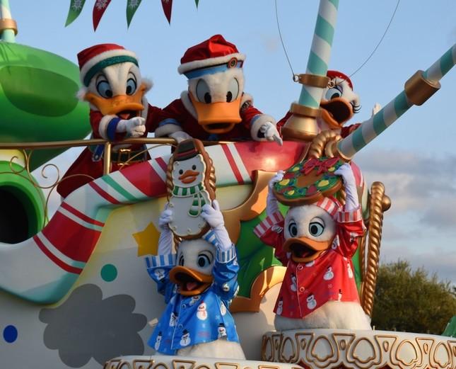 東京ディズニーランド「クリスマス・ファンタジー」のパレード「ディズニー・クリスマス・ストーリーズ」の第1話「ドナルドダックたちのアットホームなクリスマス」