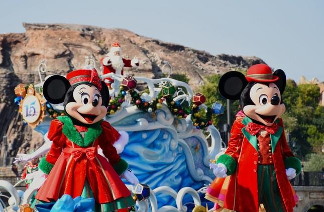 東京ディズニーシー「クリスマス・ウィッシュ」の公演「パーフェクト・クリスマス」。船上のサンタクロースとシンクロして踊るミッキーマウスとミニーマウス