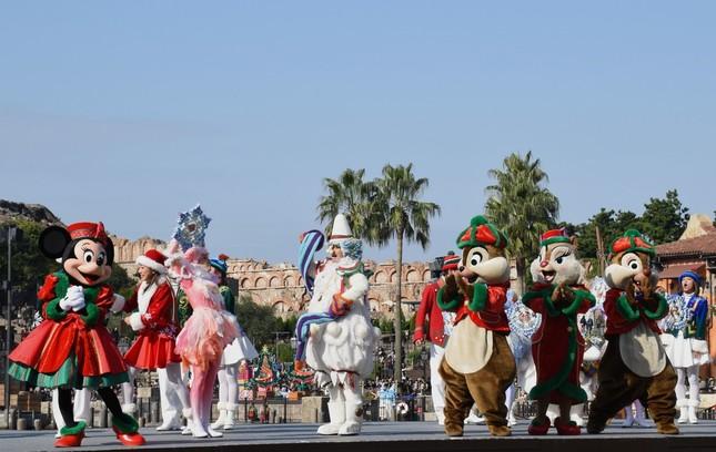 東京ディズニーシー「クリスマス・ウィッシュ」の公演「パーフェクト・クリスマス」。ミニーマウス(左端)と踊るチップとデール、クラリスら