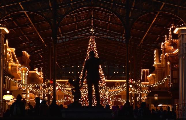 東京ディズニーランド・ワールドバザールのクリスマスツリー。高さ15メートルのツリーのふもとにはストーリーブックのでこーレーションなどが置かれている