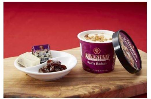 「コールド・ストーン・クリーマリー ラムレーズンアイスクリーム」(左)と「チロルチョコ<コールドストーンラムレーズン>」