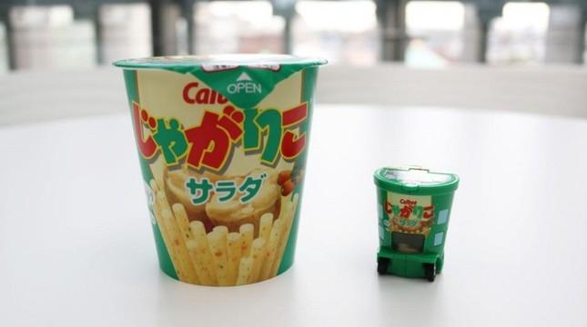 「じゃがりこ」(左)と本商品のトミカ(右)