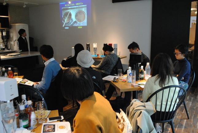 会場の様子。前田眞治教授が講演している。