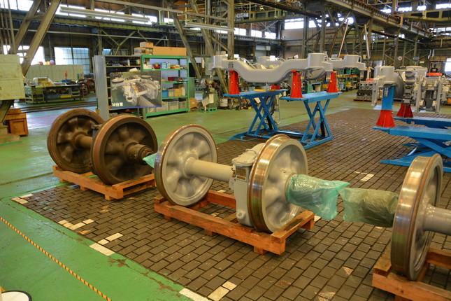 車両検修場内の工場も見学できる