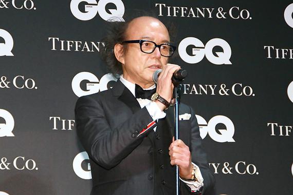 授賞式の冒頭で、鈴木編集長は主催者代表挨拶を行う