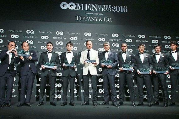 指揮者の小澤征爾さんを除く受賞者6組によるフォトセッション