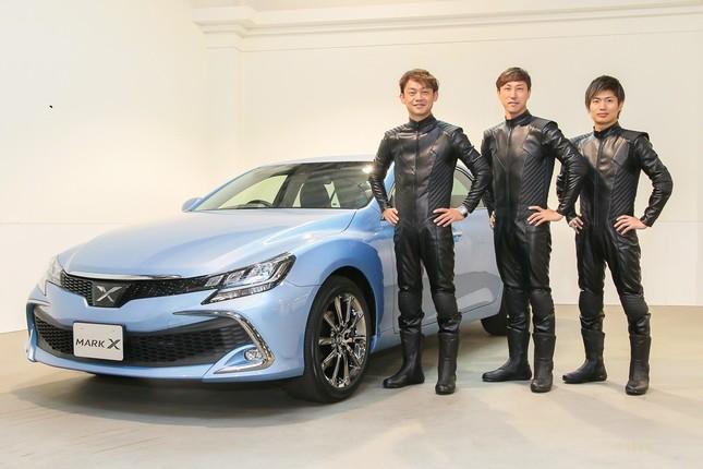 新型マークXと芸術的な走行を実現した3人のトップドライバー。(左から)脇阪寿一さん、石浦宏明さん、大嶋和也さん