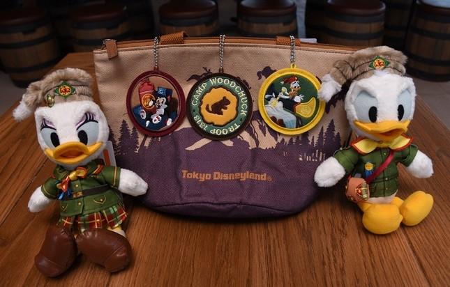ドナルド、デイジーのぬいぐるみバッジと、ワッペンバッジセット、バッグは、「キャンプ・ウッドチャック・キッチン」の「ワッフルサンドセット、スーベニアランチケース付き」についてくるランチケース