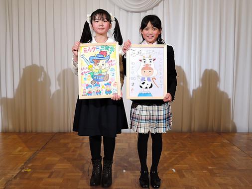 (写真左から)最優秀賞の農林水産大臣賞に輝いた迎彩花さん、中島彩葉さん