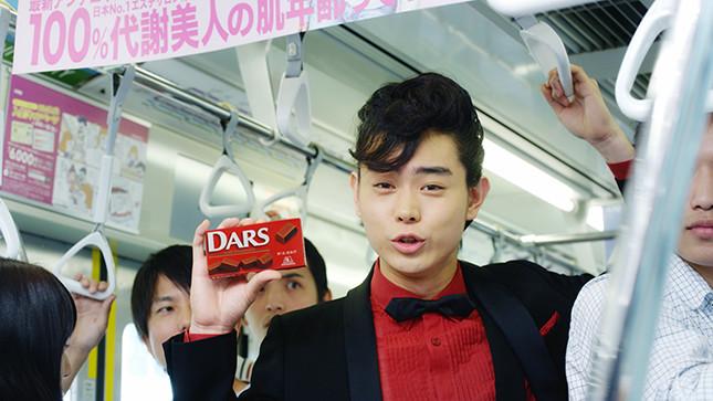 森永製菓「DARS」の新テレビCM「毎日ダースの日」篇のワンシーン