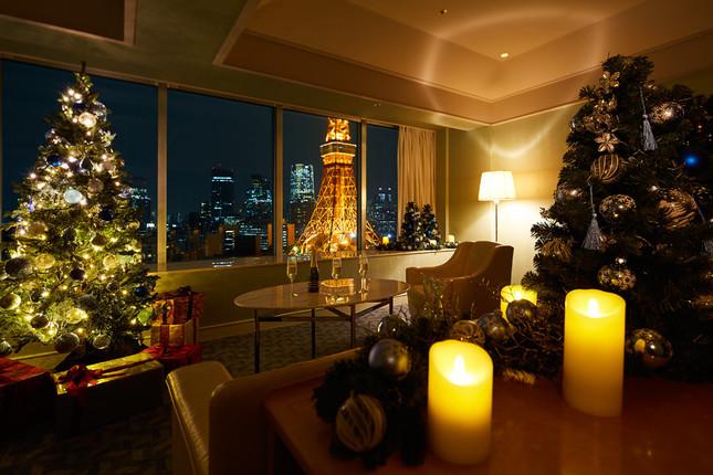 都内を一望できるスイートルームにクリスマスツリーやキャンドルでデコレーション
