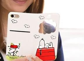 「スヌーピー」のフリップ開かずiPhone7が使える PEANUTS窓付きケース