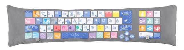 アームレストは脱着可能。「デジ文字」が配列されたキーボードデザイン