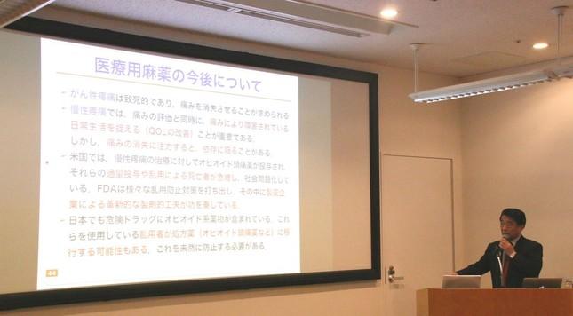講演する星薬科大学の鈴木勉特任・名誉教授