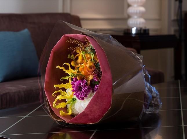レストラン「ブラン ルージュ」で花束のプレゼント