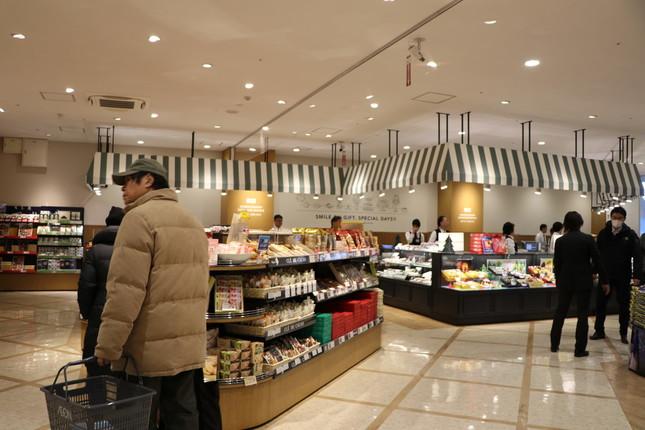 2階は国内外の加工食品がずらりと並ぶ