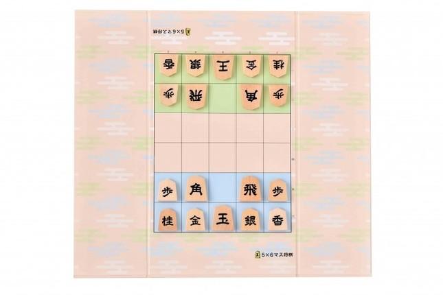 裏面は5×6マスのミニ将棋が楽しめる