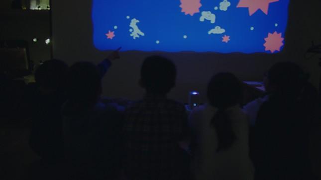 赤と青の映像を白い壁に投影すると…絵が消える!動く!