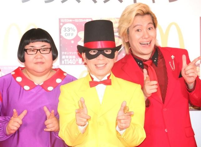 メイプル超合金のカズレーザーさん(右)、安藤なつさん(左)、「怪盗ナゲッツ」(中央)