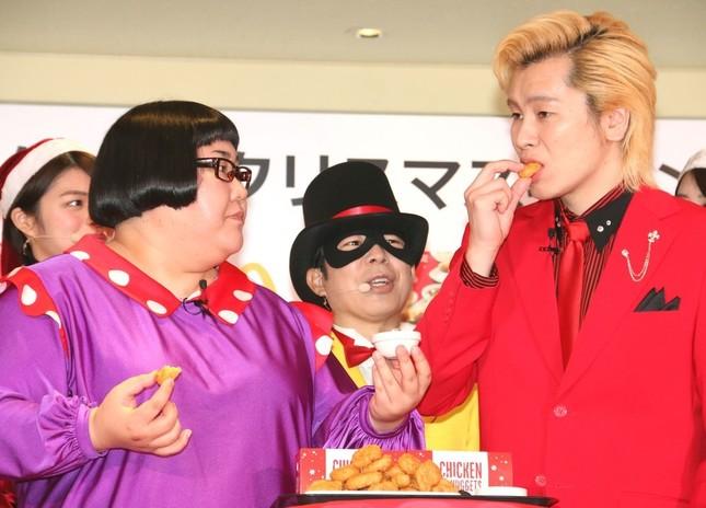 「チキンマックナゲット」を食べる「メイプル超合金」の2人。「怪盗ナゲッツ」は食べられず。