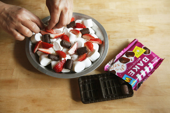「マシュマロ×いちご×焼きチョコ【ベイク】」を作っているところ