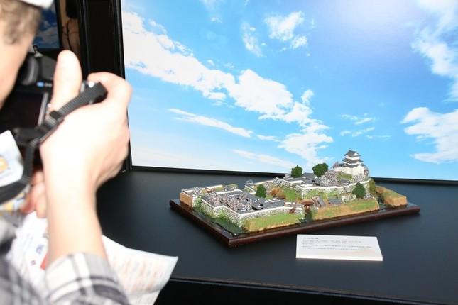 昇太さんも一押しのジオラマ模型展は、カメラ片手に写真撮影する人で混雑していた。写真は小田原城のジオラマ模型(2016年12月24日撮影)