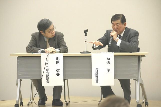 パネルディスカッションの一場面。アゴラ研究所の池田信夫所長と石破氏(2016年12月20日撮影)