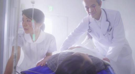 「マネキンチャレンジ」動画の一場面。医師と看護師の目からは血の「涙」が流れている。