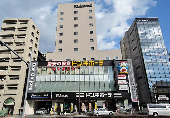 ドン・キホーテ後楽園店はビルの1・2階。3階がサイゼリアで、4~10階が「リッチモンドホテル 東京水道橋」(編集部撮影)