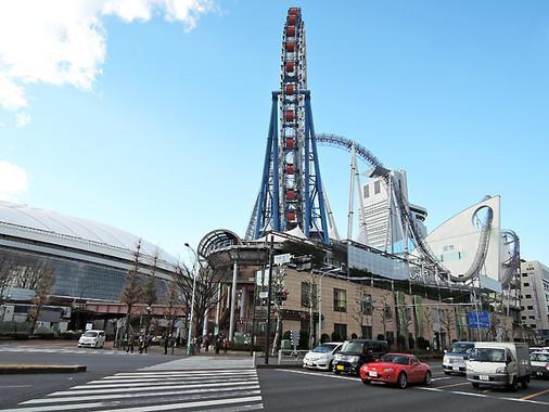 白山通りを隔てたホテルの向かいに、東京ドームシティがある(編集部撮影)