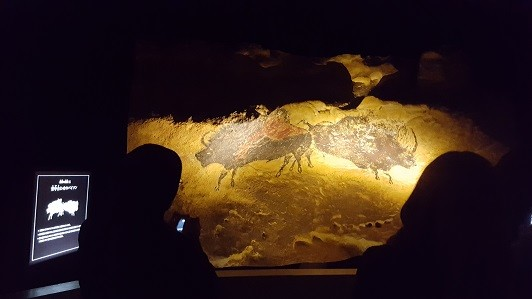 再現されたラスコー壁画。会場は暗いが、写真撮影できる場所もある