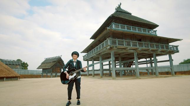 吉野ヶ里歴史公園の環濠集落ゾーン北内郭で歌うカノエラナさん